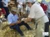 IMGP4005_i_contadini_vengono_serviti_dalle_contadine.JPG